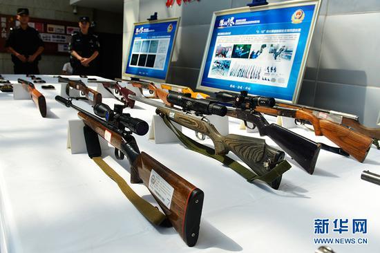 警方缴获的涉案枪支。新华网 李相博 摄
