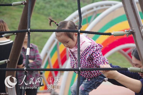 璧山枫香湖儿童公园里游玩无动力游乐设施的儿童。李力 摄