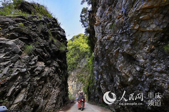 巫溪县红池坝镇通往外界的道路弯多路窄。罗嘉 摄