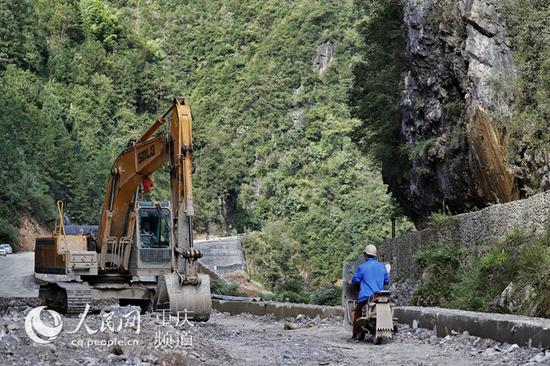"""红池坝镇""""一横一纵""""道路扩宽改造工程已全线启动。罗嘉 摄"""