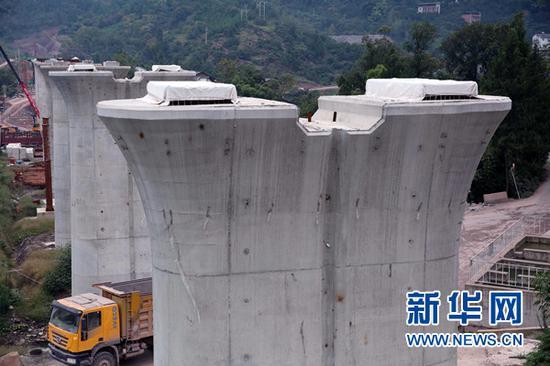 建设中的谭家河双线特大桥。新华网发(刘兴敏 摄)