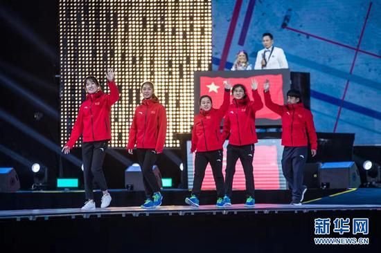 中國代表隊(女子)亮相2018中國冰壺公開賽開幕式。新華網發(賽事組委會供圖)
