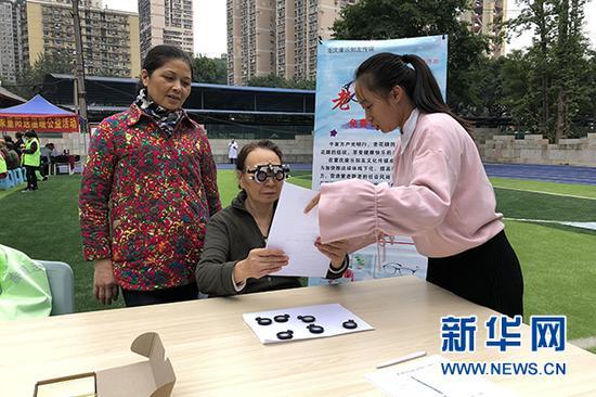 一名老人在敬老志愿服務活動現場配制老花鏡。新華網 陶玉蓮 攝
