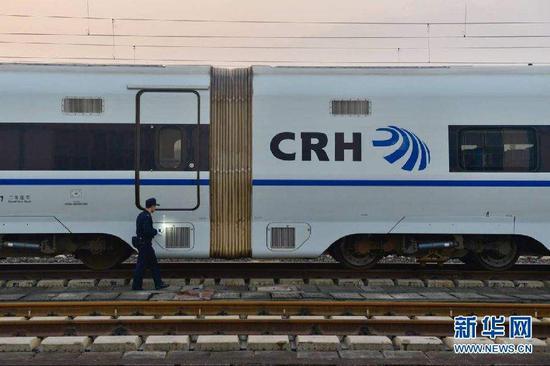 停靠在重庆北动车所停车线上的一列高铁列车。新华网 李相博 摄