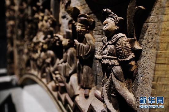 永川博物馆馆藏的清代浮雕花草人物建筑木构件局部。新华网 李相博 摄