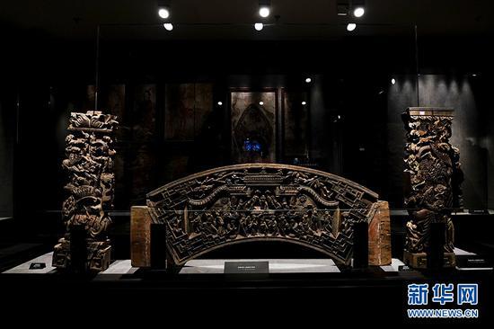 永川博物馆馆藏的清代浮雕花草人物建筑木构件。新华网 李相博 摄