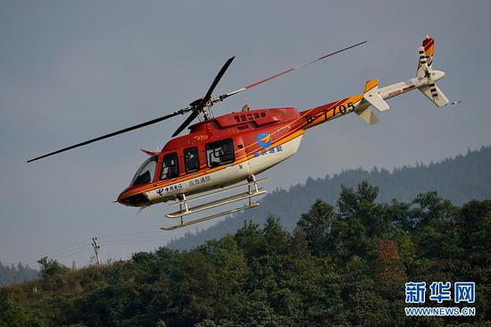 空中应急突击队利用直升机搭载空中应急平台前往重点区域。新华网 李相博 摄