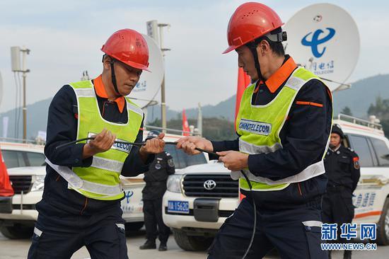 光缆接续队员进行光缆抢修演练。新华网 李相博 摄