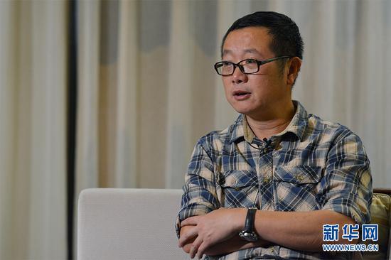 11月2日晚,刘慈欣接受新华网专访。新华网 李相博 摄