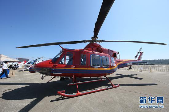 图为现场展览的重庆通航bell412EPI直升机。新华网发(王正坤 摄)