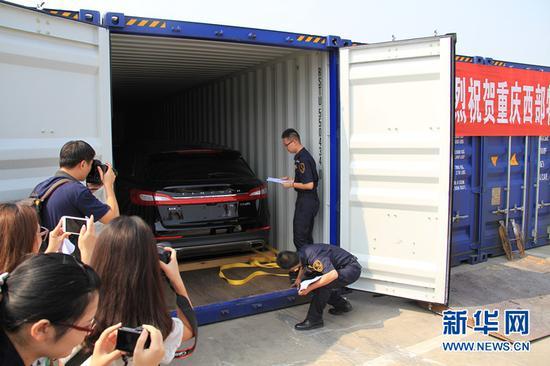 一批进口整车抵达重庆整车口岸。新华网发 (喻庆 摄)