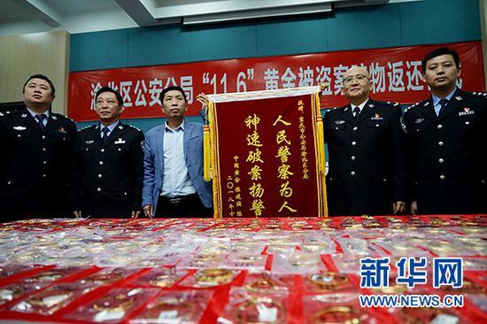 被盗金饰专柜老板陈先生向渝北警方赠送锦旗。新华网 张免 摄
