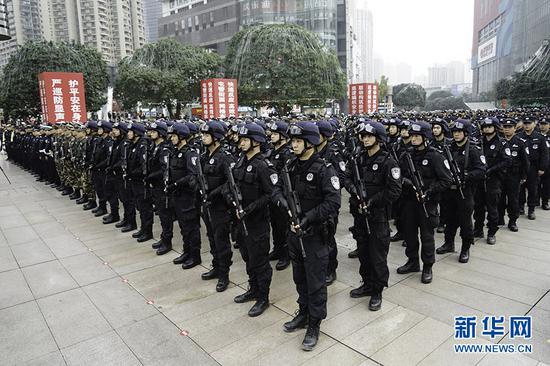 重庆警方全市社会面大巡防工作启动仪式现场。新华网 张免 摄