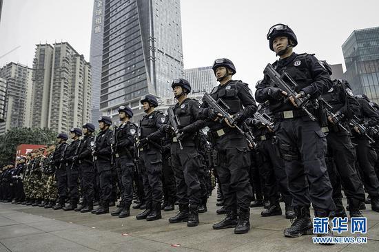 重庆警方全市社会面大巡防工作启动仪式上的特警方队。新华网 张免摄