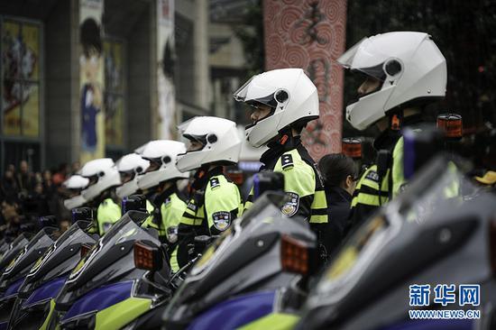 重庆警方全市社会面大巡防工作启动仪式上的交巡警方队。 新华网 张免 摄