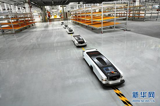 金康智能工厂内自动行驶的智能运输小车。新华网发