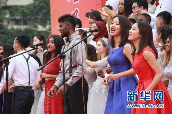 活动现场,多国学生合唱歌曲《相亲相爱》。新华网 王位 摄