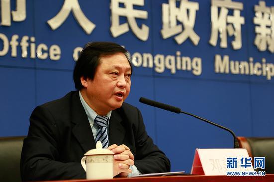 重庆美术馆书记、常务副馆长邓建强现场发言。新华网 彭博 摄