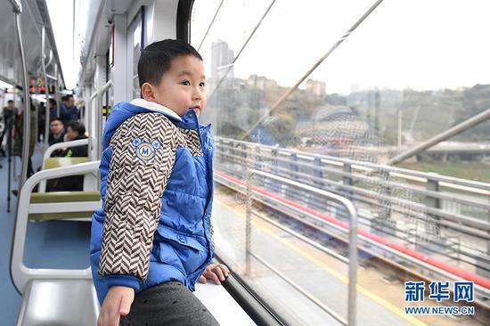 图为市民试乘轨道环线列车。新华网李相博摄