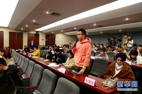 图为记者提问。新华网 彭博 摄