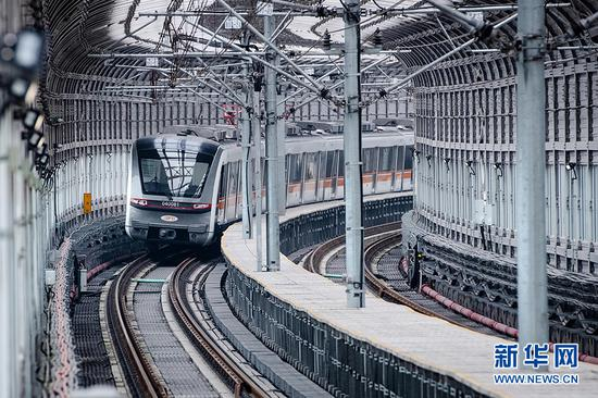 图为轨道四号线列车行驶在保税港站、寸滩站区间。新华网李相博摄