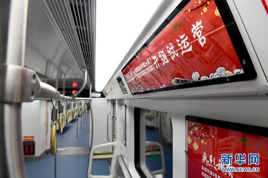 图为轨道环线列车内部。新华网李相博摄