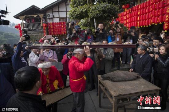 """资料图:重庆""""千米长宴""""。图片来源:视觉中国"""