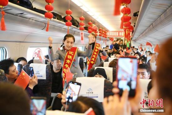 元宵节的列车。中新社记者 张瑶 摄