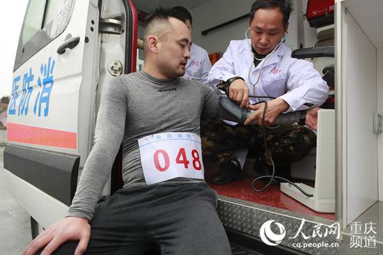 医务人员对赛后身体不适队员进行问诊。