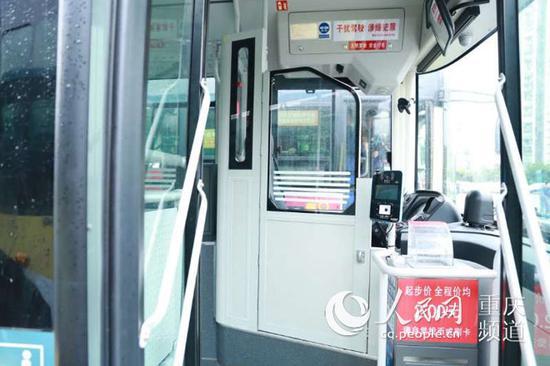 """在公交车上安装的""""包围式防护隔离设施"""""""