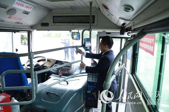 """在公交车上安装的""""强化安全隔离横杠"""""""