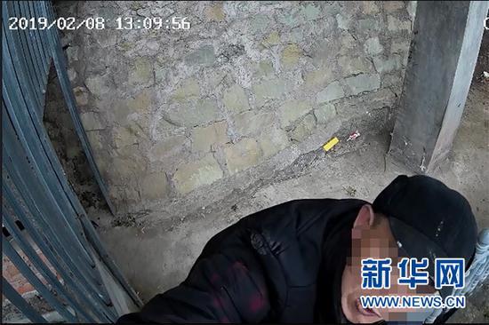 监控摄像头记录下犯罪嫌疑人拆走摄像头的过程。新华网发(云阳警方供图)