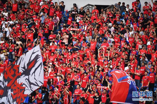 4月13日,重庆斯威队球迷在庆祝比赛胜利。新华社记者王全超摄