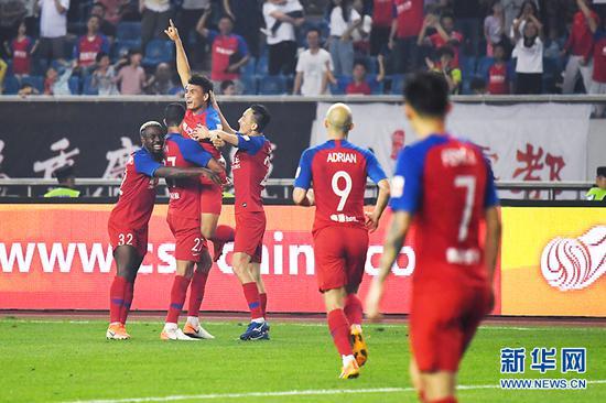 迪力穆拉提进球后,重庆斯威队庆祝胜利。新华网 李相博 摄