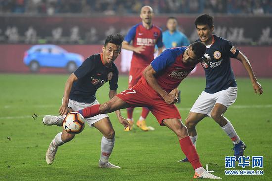 重庆斯威队卡尔德克在比赛中带球进攻。新华网 李相博 摄