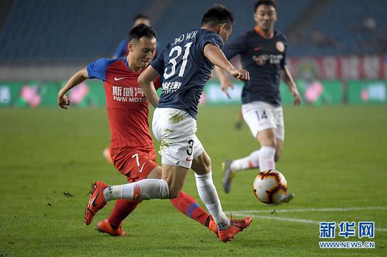 重庆斯威队冯劲(左一)带球突破。新华网 李相博 摄