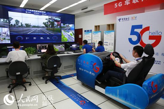 利用5G网络,驾驶员通过模拟舱控制远在20公里外的车辆。刘政宁 摄