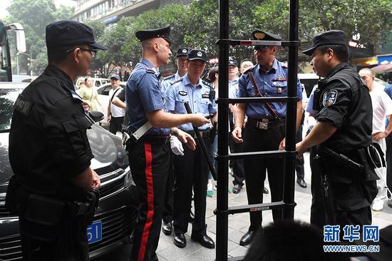 6月27日,中意警员在联合巡逻前,进行警务工作经验交流。新华网 李相博 摄