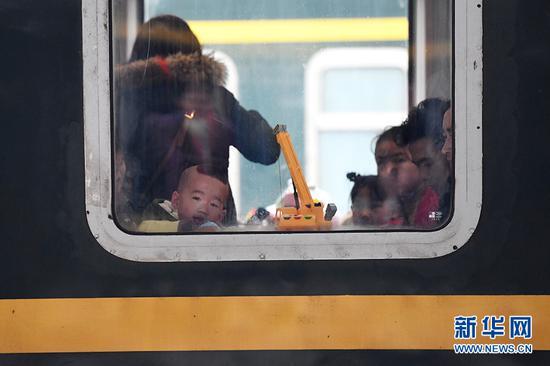 一列停靠在重庆北站的列车即将驶离站台。新华网 李相博 摄