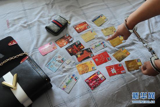 犯罪嫌疑人使用的银行卡、电话卡。新华网发 (武隆公安供图)