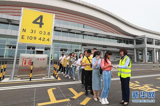 参演旅客模拟登机环节。新华网发(莫晓健 摄)