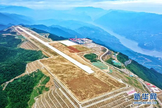 7月16日,通过竣工验收的巫山机场,举行了通航前的最后一次综合演练。新华网发(伍北海 摄)