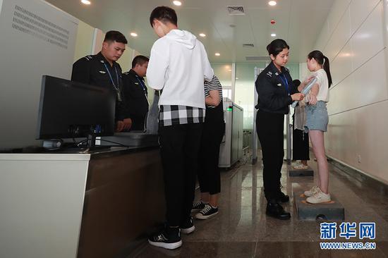 参演旅客模拟通过安检环节。新华网发(莫晓健 摄)