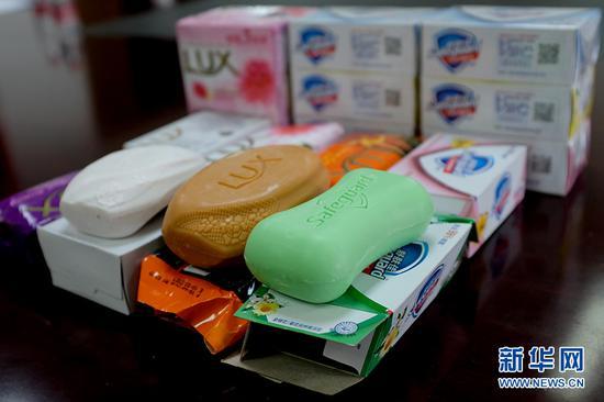 警方查获的假冒香皂,消费者从外观上很难辨别真伪。新华网 李相博 摄