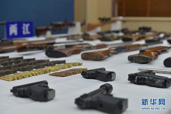 图为缴获的枪支子弹。新华网发(重庆两江新区警方供图)