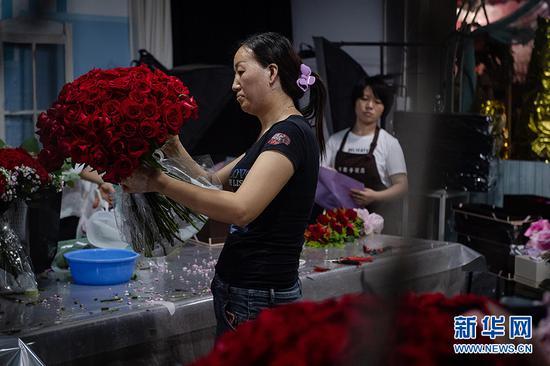 商家在制作花束。新华网 李相博 摄