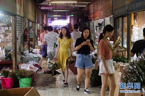 从事花卉生意的商家,前来会展花卉批发市场选购鲜花。新华网 李相博 摄