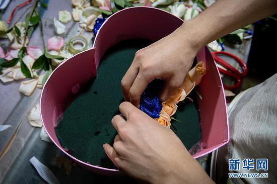 商家在制作礼盒。新华网 李相博 摄