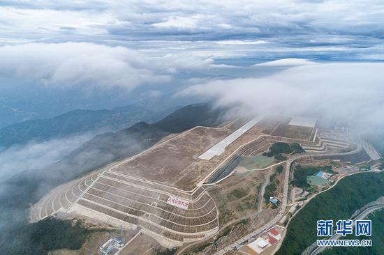 云雾缭绕下的巫山机场。新华网发(重庆机场集团供图)
