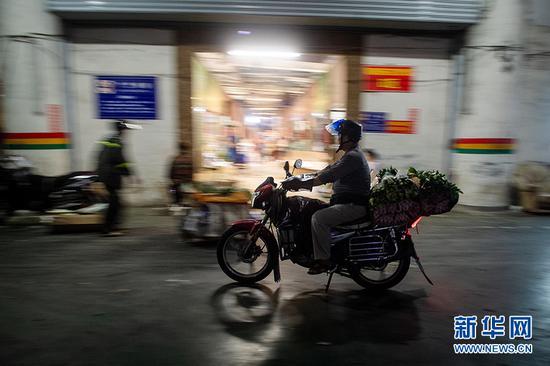 花市的火热,也忙坏了送货的快递员,图为快递师傅开着满载鲜花的摩托离开会展花市。新华网 李相博 摄